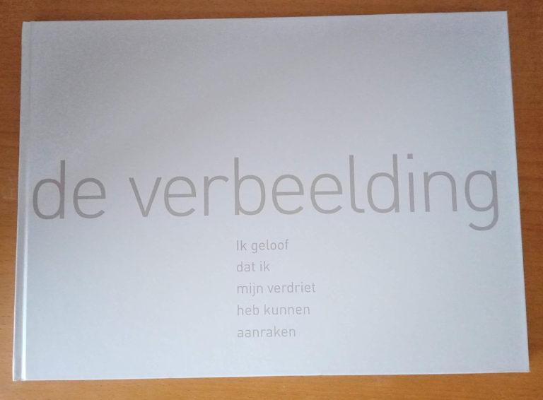 Het boek is een geprinte weergave van de kunstwerken van de tentoonstelling