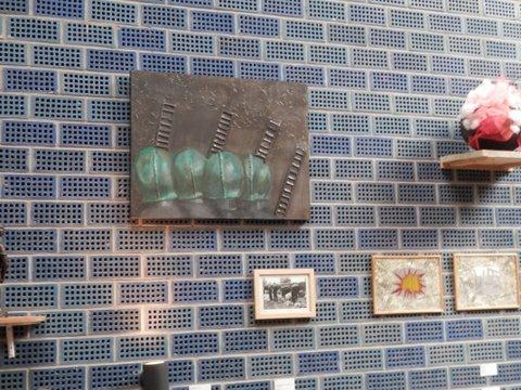 De kunstwerken hingen aan de speciale blauwe muur in Prismare