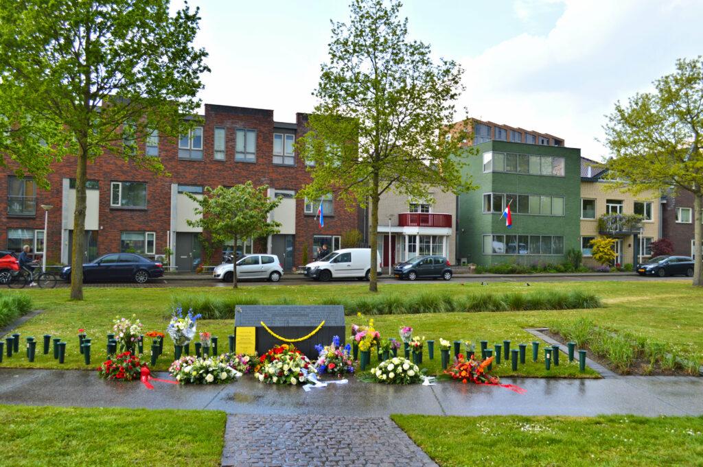 Bloemen bij het monument